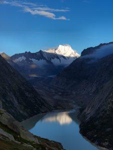 Grimselsee, Lauteraar, Berner Alpen, Schweiz; hinten Lauteraarhorn und Schreckhorn